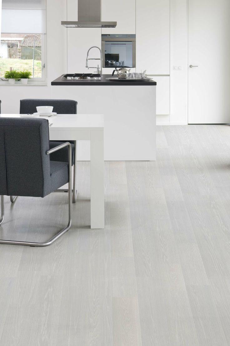 www.AlmaParket.nl vloeren Breda. Houten vloer in grijstint voor een mooi woon interieur.