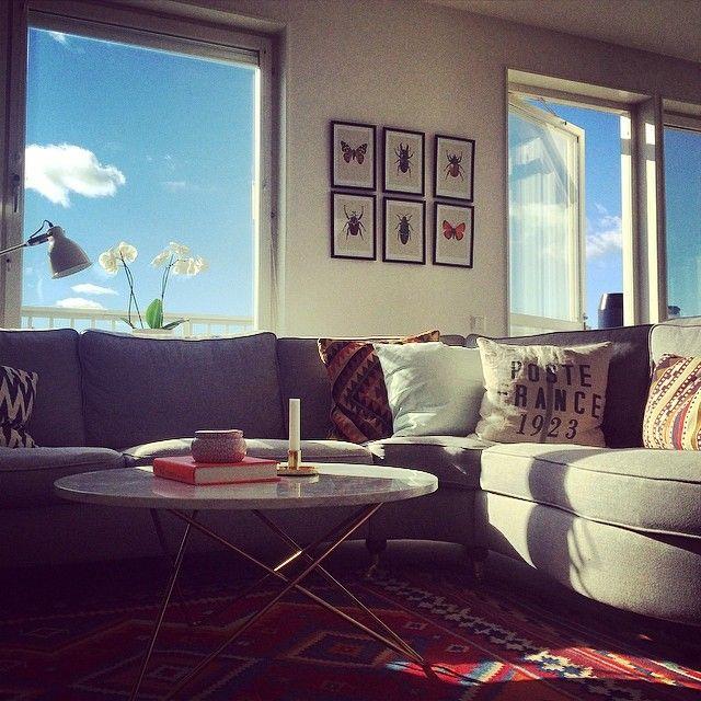 Fina tavlor med insekter samt marmorbord hemma hos Michelle