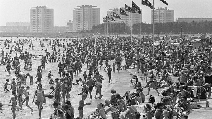 Zomerse drukte aan de Sloterplas, 1967.   In 1957 werd aan de noordkant van de plas het openluchtbad 'Sloterparkbad' geopend, in 1973 verrees hier een overdekt zwembad, dat in 2001 werd vervangen door een nieuw gebouw voor o.a. wedstrijd-zwemsport.