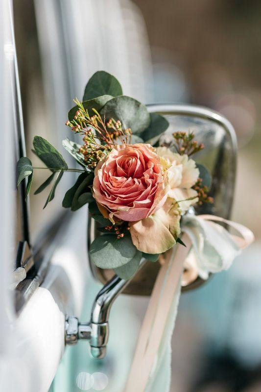 Mint kleurige Volkswagenbus met prachtige bloemen aan de spiegel voor bruiloft. Bus van DeVolkswagenbus.nl   Styled shoot Photo By Kroonmoment