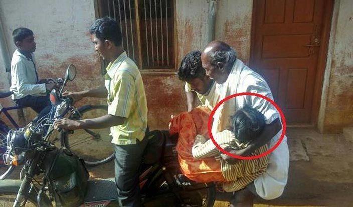 गरीबी जानलेवा ! प्रशासन की घोर लापरवाही, लाचार बाप को बेटी के शव को ढोहना पड़ा बाइक पर