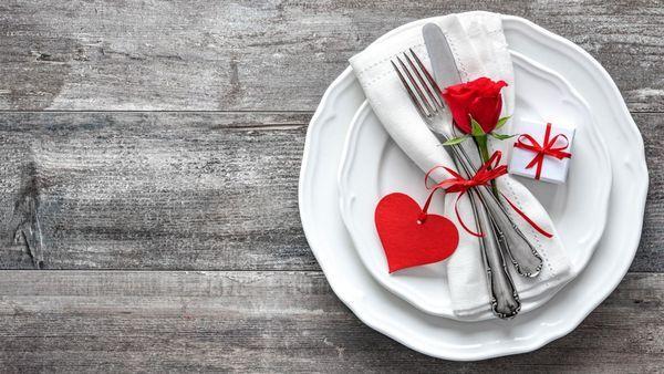 Hoy 14 de febrero, día de San Valentín, de los enamorados y lo romántico, qué mejor forma de celebrarlo que delante de una buena mesa con tu pareja. Pero, puedes sorprenderlo este año con una cenadiferente en tu propia casa y con platillos sencillos. Salados o dulces, pero de lo más especial. ENTRADA Para la …