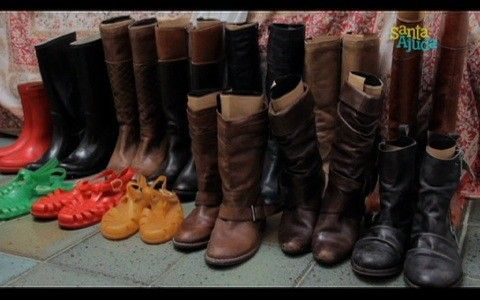 As botas devem ser mantidas em pé, com papel cartão enrolado dentro do cano para manter a estrutura.