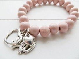 Roze armband met houten kralen en bedels