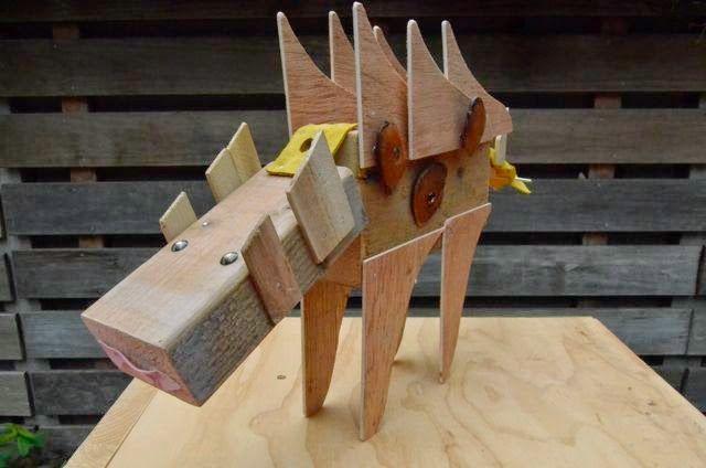 Workshop tijdens geheime knutselclub. Dierenkoppen timmeren met houten blok als basis met o.a. leer/skai Uit blog: mijn ogen zien en mijn handen maken.