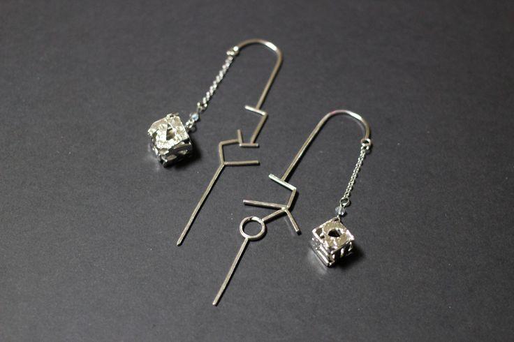 한글 책갈피!  재료 : 은 방법 : 한글 참 장식에 문양망치로 단조하여 무늬를 내고, 정육면체 전개도에 한글을 디자인해 접어 정육면체 모양을 내었습니다. 막대 부분에도 한글로 디자인해 책에 끼울수있게 디자인 하였습니다.   Material: Silver Method: Put a glyph on silver plate hammer out a pattern, Hangul is designed to have folded cube exploded view. Bookmark and was designed to be hung.