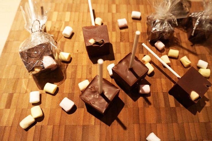 Zelfgemaakte chocolademelk lolly's.
