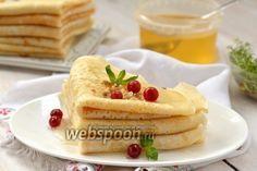 Блины без яиц на сыворотке  После приготовления домашнего творога часто остается много сыворотки. Её можно использовать для приготовления этих блинов. Такие блины интересны ещё и тем, что готовятся без добавления яиц. Блины выходят очень тонкими, пластичными, нежными. Они универсальны в применении и могут начиняться сладкими или солёными начинками на выбор. А можно просто полить блины сверху ягодным соусом или мёдом.