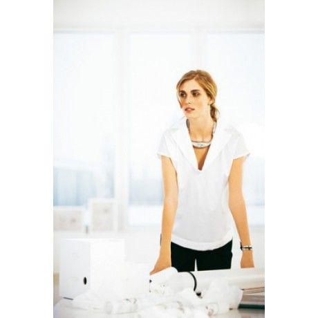 Blusa - Moda Gestante Blusa ampla cortada a direito, com decote em V e gola e bandas, em conjunto com calças pretas. Um estilo casual mesmo em momentos importantes. Uma peça fácil e pratica para o dia a dia.