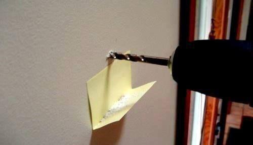Prendi un foglietto adesivo, piegalo a metà e attaccalo sotto al punto in cui vuoi trapanare. Così raccoglierai la polvere e non dovrai più subire le lamentele di tua moglie!