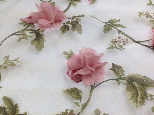 Op doorzichtige chiffon, groene stengels printen op stof, roosjes van roze chiffon