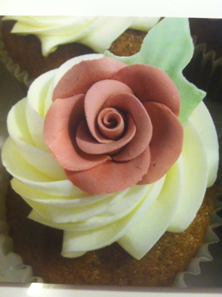 ... cafe dusty rose cupcakes forward dusty rose sugar flowers on a cupcake