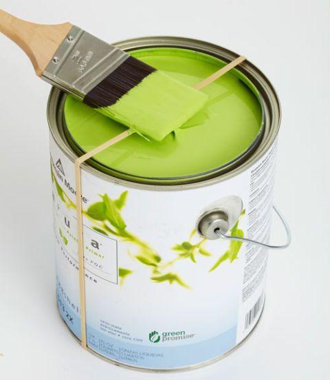 Estende um sobre a parte superior de uma lata de tinta e usá-lo para retirar o excesso de tinta a partir do pincel.  Com cantos mantidos limpos, a lata será uma brisa para selar back-up.