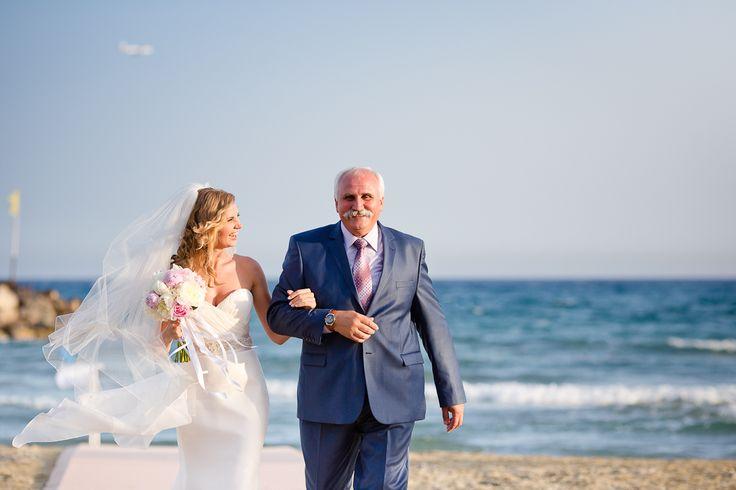 Отец ведет дочь к алтарю. Такой трогательный момент!