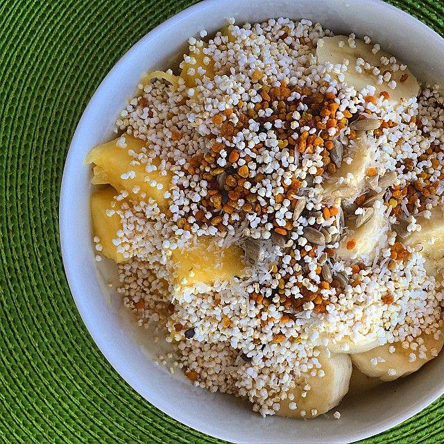 iogurte de soja (natural) banana e ananás maca em pó sementes girassol coco ralado pólen de abelha amaranto insuflado ( comprei no miosótis e tem o nome de pipocas de amaranto )