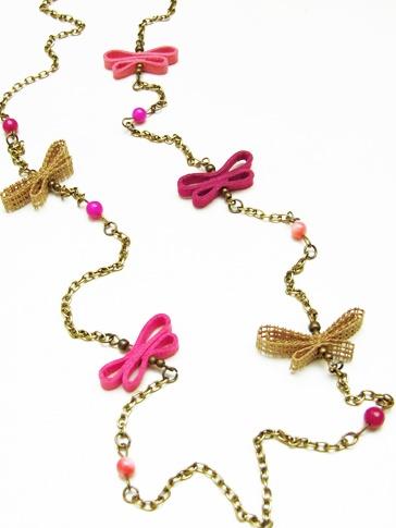 Cadena Multicolor  en tonos fuccia-rosados  de mariposas hechas a mano  en cinta rustica de algodon y antelina,  elaborada con cadena  en color bronce antiguo  y cuentas de colores.
