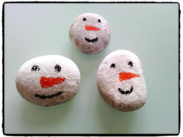 presse papier bonhomme de neige, bricolage hiver, galet, enfant