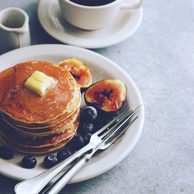 breakfast pancake  朝食にペタペタのパンケーキ6枚重ね。バターとハチミツしみしみ。無花果ブリュレとブルーベリー。  #breakfastpancake #pancake #パンケーキ#パンケーキ男子 #パンケーキ王子 #バター #ハチミツ #シミシミ #ペタペタ #無花果 #ブルーベリー #粉もん #無花果ブリュレ