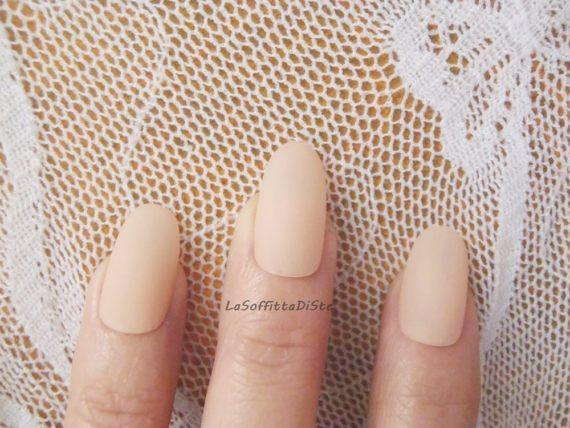 beige powder oval nails mat matt matte almond par LaSoffittaDiSte