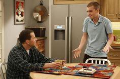 Alan y Jake saben de relaciones complicadas entre padre e hijo en la serie 'Dos hombres y medio'.