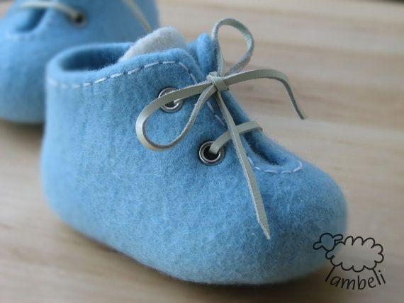Bleu et blanc feutré chaussures de bébé accessoires par LambeliFelt
