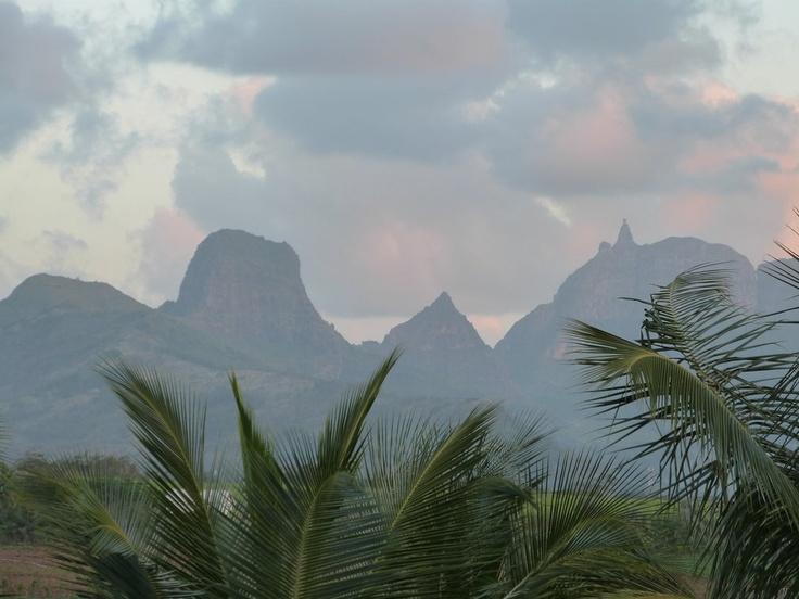 Winterzeit auf Mauritius Mai bis Oktober, die höchsten Temperaturen schwanken zwischen 24C und 28C Die Höchsttemberaturen werden an den Küstenregionen erreicht Regen gibt es kaum, nur wenn dann ab und zu ein kurzer Schauer Der Regen im Süden tritt häufiger auf als in Norden
