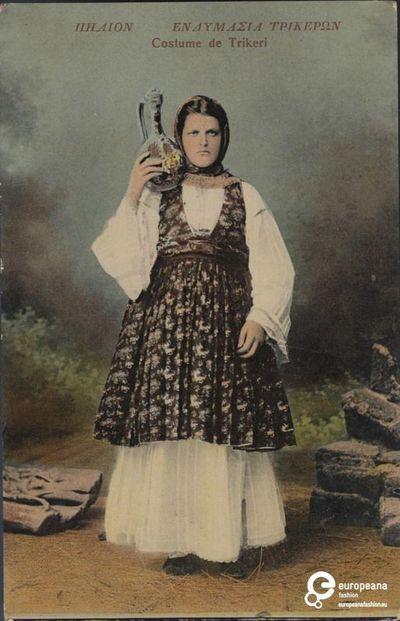 """Επιχρωματισμένη φωτογραφία κοπέλας με ενδυμασία από το Τρίκερι, Θεσσαλία. Επιγραφές: """"ΠΗΛΙΟΝ, ΕΝΔΥΜΑΣΙΑ ΤΡΙΚΕΡΩΝ"""", """"Costume de Trikeri"""", """"Νο 185"""".    Δημιουργός: Stefanos Stournaras    Ημερομηνία: 1930 ,  Ημερομηνία δημιουργίας: 1930. Συλλέκτης: Peloponnesian Folklore Foundation   Ίδρυμα: Europeana Fashion.  www.europeanafashion.eu"""