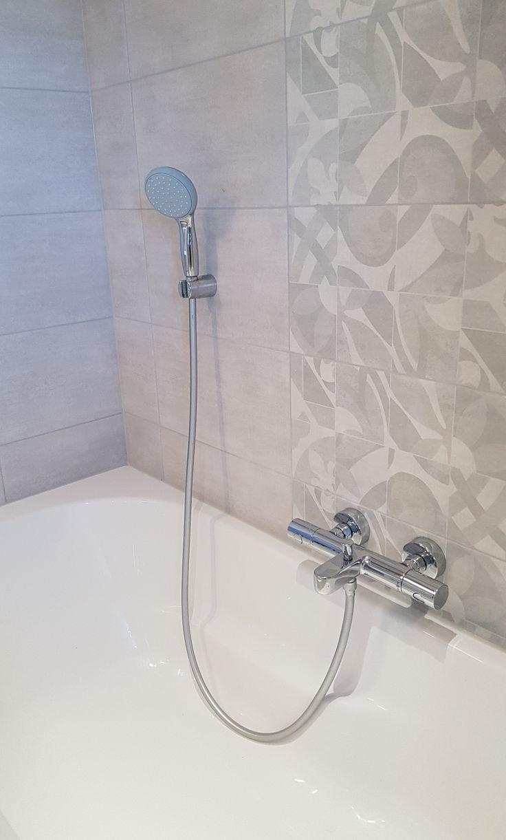L'effet carreaux de ciment en frise verticale de faïence. | Salle de bain, Meuble sous vasque et ...
