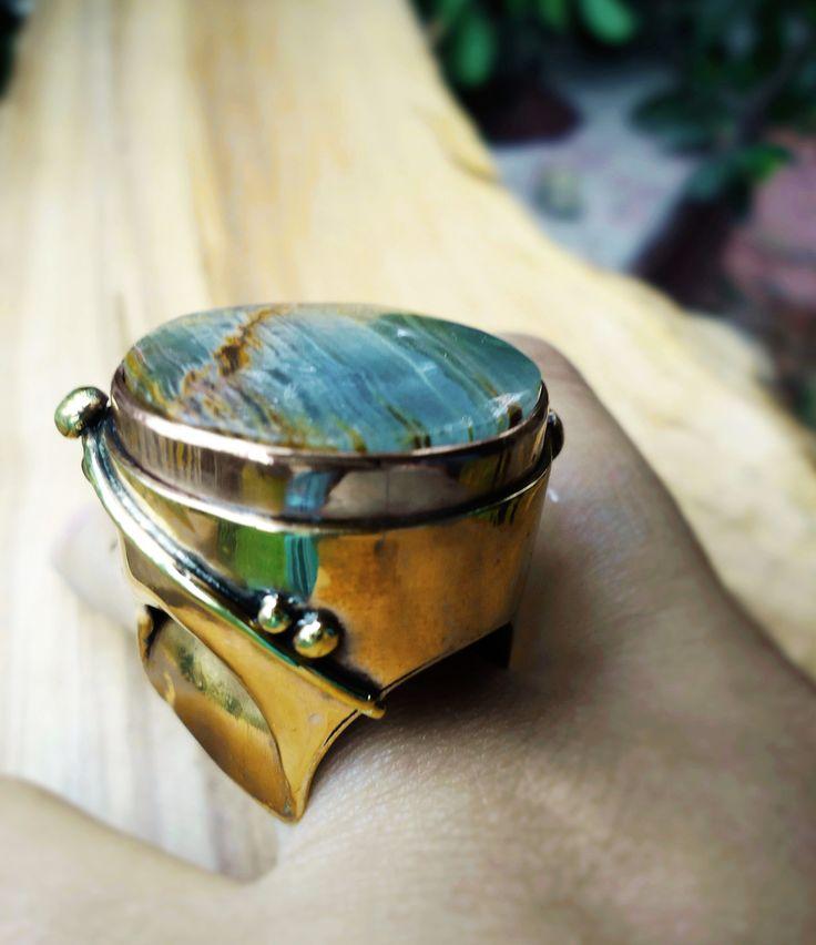 Anillo Estructura de bronce, caja de la piedra de cobre y piedra Onix Azul.