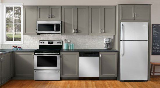 Tủ lạnh sẽ hoạt động ổn định và có tuổi thọ lâu hơn nếu sử dụng điện áp ổn định. Vậy có nên sử dụng ổn áp cho tủ lạnh hay không? Sau đây hãy cùng DIENLANH.COM tìm hiểu nhé!