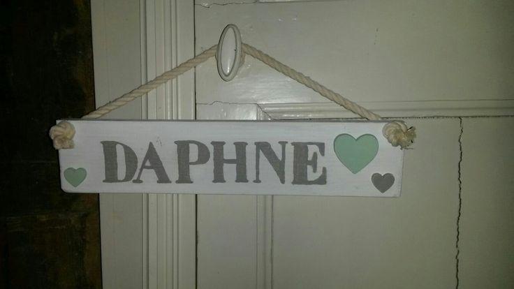 Naambordje in kleuren van de babykamer. Daphne