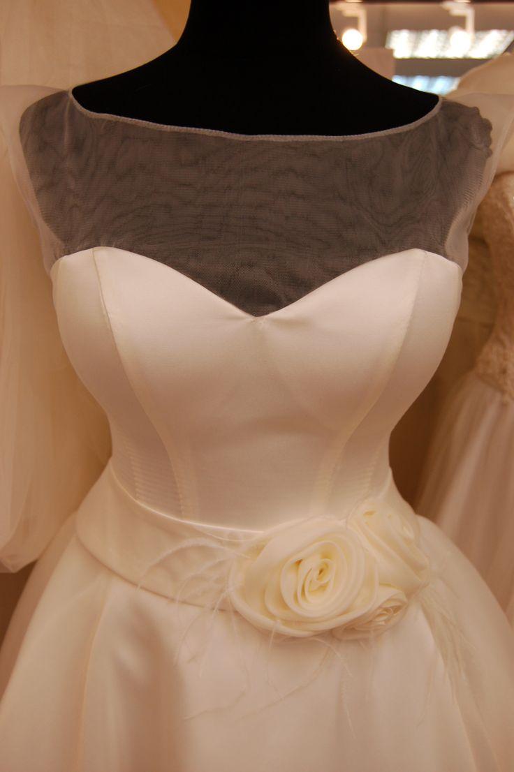 Розы из мерцающего газа ручной работы в качестве декора пояса свадебного платья в стиле ретро