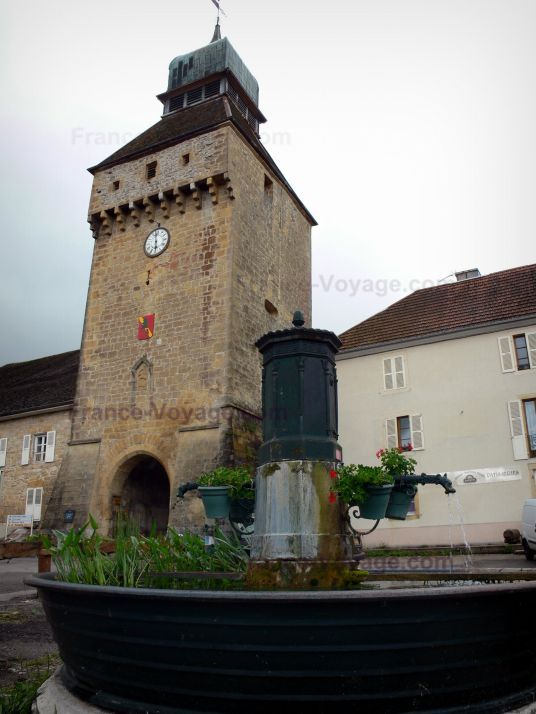 Nozeroy:+Clock+gateway+(Clock+tower),+fountain+and+houses+of+the+village - France-Voyage.com
