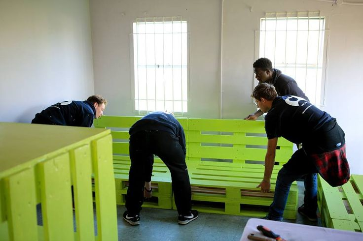 Recycling old pallets to create bookshelves and furniture at our projects in Cape Town, South Africa!  #gvi #upcycling #recycle