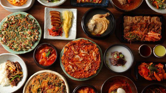 ⭐️JIJIMI GO 韓国料理。11:30〜。ラルテと同じビル。海鮮チヂミと1品、ライス付きで¥1,000。ビビンバやサムギョプサルもある。肉系の定食はどうやら焼いた状態で出てくるっぽい。