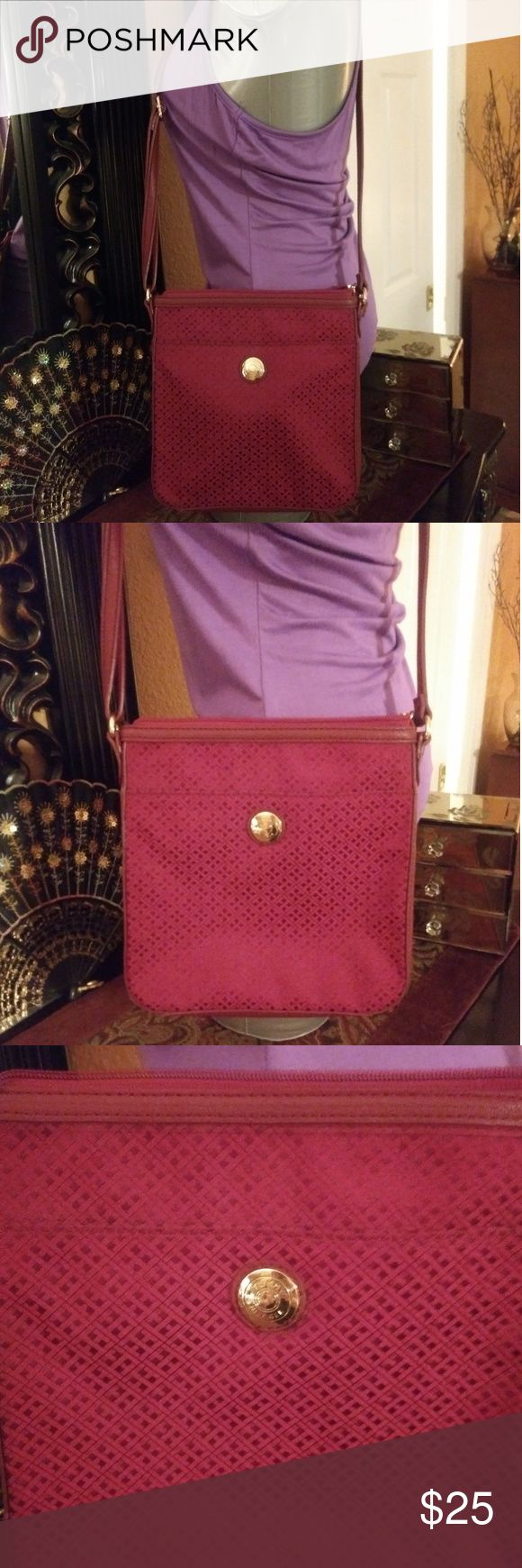 Tommy Hilfiger shoulder Handbag Tommy Hilfiger Shoulder Handbag burgundy in color. Medium size new without tags. No rips no stains. Free🎁with purchase. Smoke free home. Thanks for looking have a nice day Tommy Hilfiger Bags Shoulder Bags