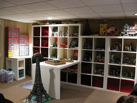 Thank god my parents never had a lego room in our house... I loooove building! I would never leave this room!