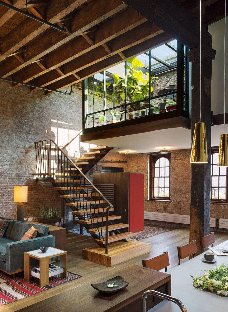 Ambiente amplo, mistura de plantas, madeira, escada bonita