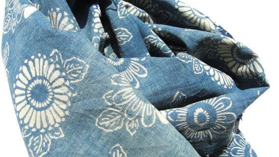 Antique Japonais indigo * coton katazome datant de Taisho / ère Meiji. Cétait probablement une fois quune partie dune housse futon ou certains autres textiles utilitaires nationaux.    Il est en merveilleux État antique. Il y a des zones de décoloration, certains jaunissement. Il y a deux taches de boro savamment cousu et difficiles à voir de lavant. Cette liste est pour 50 x 35 cm. * Katazome est une technique de teinture traditionnelle resist japonais. Un pochoir, appelé kata, est utilisé…