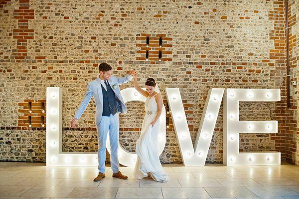 Licht aan, spot aan. Losgaan met sfeerverlichting blijft een trend in 2015. Bijvoorbeeld met deze marquee LOVE letters. // Foto: Anna Rossel // Girls of honour