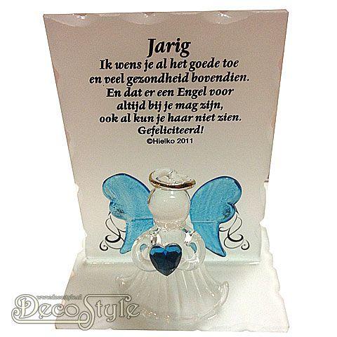 Glazen beschermengeltje op glazen plateau. Met gedicht op het glazen plaatje. Het engeltje heeft een edelsteen in haar handen. In de vorm van een hartje. Het hartje is gemaakt van: Turkoois Wat staat voor: Gezondheid, geluk en blijdschap. Dit alles is verpakt in een mooi geschenkdoosje met lint. Materiaal: Glas Afmetingen: Hoogte: 10 cm Breedte: …
