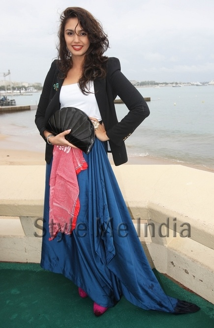 Huma Qureshi gets soaked at Gangs Of Wasseypur cocktail party at Cannes 2012 http://shar.es/qgM57