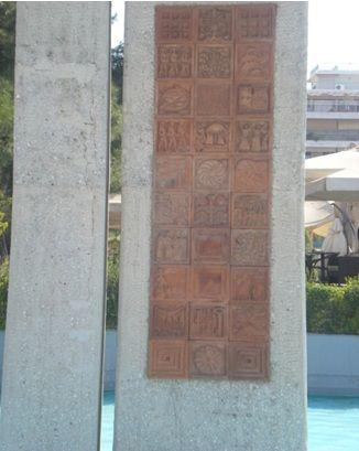 Αναμνηστική στήλη ύψους 15 μ. με γλυπτές διακοσμήσεις με τις οποίες η Νέα Σμύρνη συνδέεται με τις χαμένες πατρίδες της Ιωνίας (έργο του Νεοσμυρνιώτη Β. Καπάνταη)