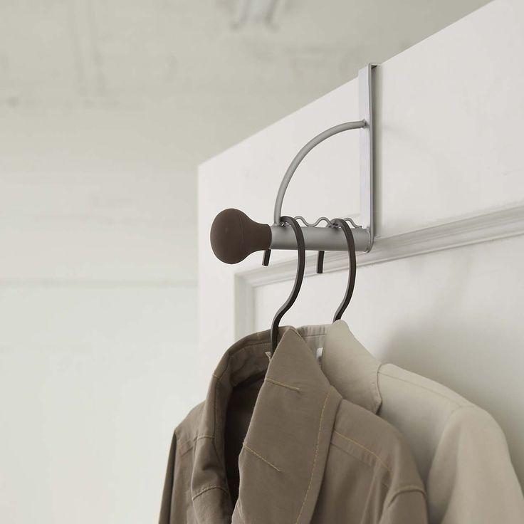 ドアの上部にフックを引掛けて使える、便利な収納ハンガー。ドアだけでなく、クローゼットの折れ戸にも使用可能。先端がシリコンなのでバッグや洋服がずれ落ちにくい親切設計。ぜひチェックしてみてください◎  ■SIZE:約幅3.5×奥行16×高さ14cm  #home#ドアハンガー#ドア収納#コートハンガー#バッグ収納#収納#暮らし#丁寧な暮らし#シンプルライフ#おうち#北欧雑貨#北欧インテリア#収納#モノクロ#モノクロインテリア#シンプル#モダン#便利#おしゃれ #雑貨 #yamazaki #山崎実業