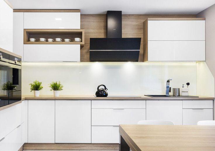 Studio Szewczyk KUCHNIA OTWARTA NA SALON - Klasyczna, elegancka kuchnia w jasnych kolorach mebli. Więcej na https://www.maxkuchnie.pl/galeria/kuchnia-otwarta/studio-szewczyk-kuchnia-otwarta-na-salon-253,948.html