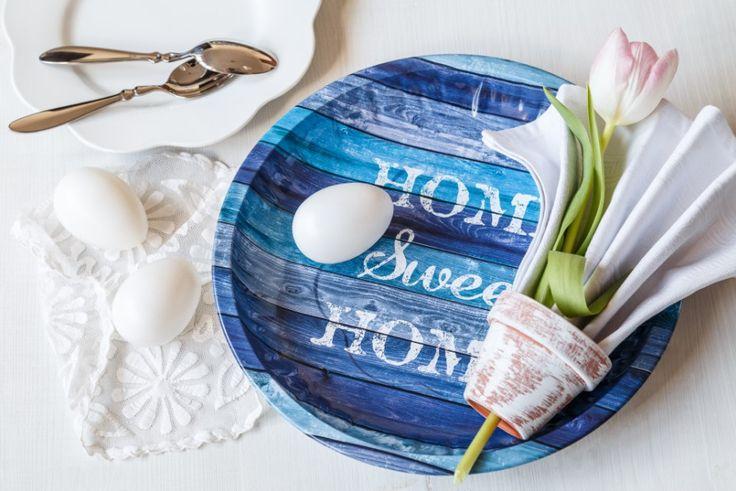Ze starého květináčku vznikla díky natření na bílo zajímavá dekorace na stůl. Stačí do něj složit ubrousek jako harmoniku a spodní dírkou v květináči provléknout živou květinu.