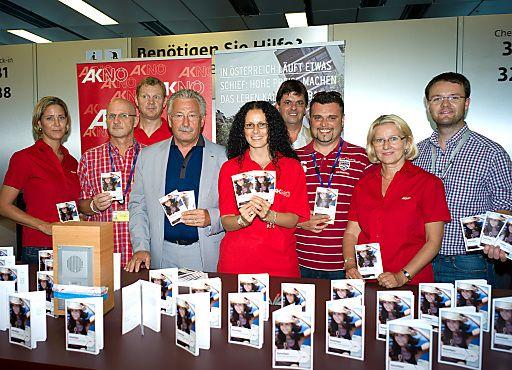 AKNÖ: Info-Aktion für Reisende am Flughafen Schwechat | Fotograf: Harald Ludwig | Credit:Harald Ludwig | Mehr Informationen und Bilddownload in voller Auflösung: http://www.ots.at/presseaussendung/OBS_20120706_OBS0017