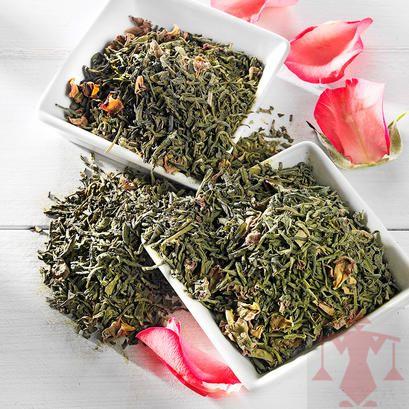 Grüner Tee Rosentee mit Matcha. Diese Mischung beeindruckt durch das harmonische Zusammenspiel von Rosenblüten, Grüntee und Matcha. Hier entdecken: http://www.paul-schrader.de/kaufen/gruener-tee-rosentee-mit-matcha-3994