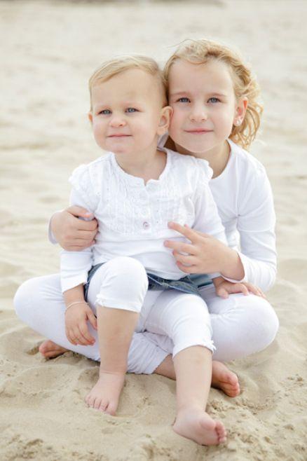 Fotograaf-Alkmaar-Familie-fotoshoot-omgeving-Bergen-aan-Zee-Schoorl-strand-Noord-Holland-groepsfoto-zus-Zusje-familieshoot-familiefotoshoot