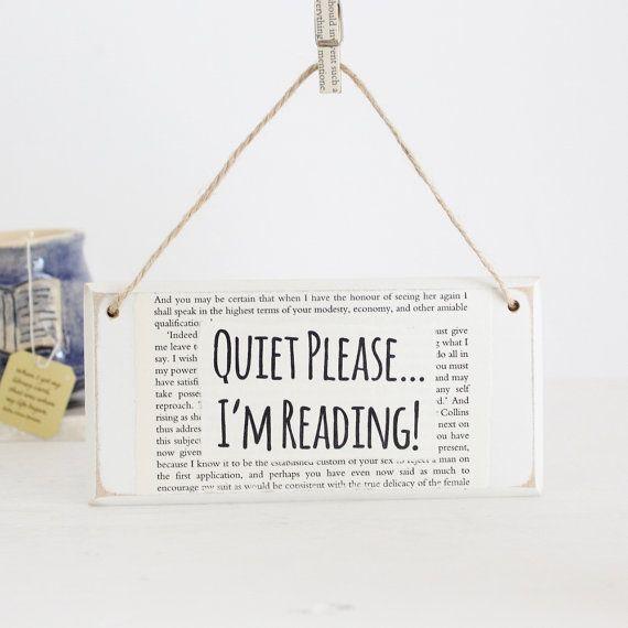 Das Original Buch-Papier-Türschild von der kleinen Bücherwurm Geschenk Co.  Bitte ich lese ruhig ~ handgemachte hölzerne Türschild ~ Hand verziert mit Recycling-Seiten aus der klassischen Literatur und mit biologisch abbaubarer Jute Schnur aufgereiht.  Das perfekte Geschenk für Leser, Autoren, Studenten, Bibliothekare,... in der Tat Wer Ruhe will, während sie mit einer Tasse Tee (oder Kaffee oder heiße Schokolade) und einem guten Buch niederlassen.  Größe: 6 in x 3 Zoll (15,2 cm x 7,4 cm)…